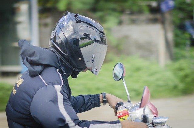 motorkář s helmou