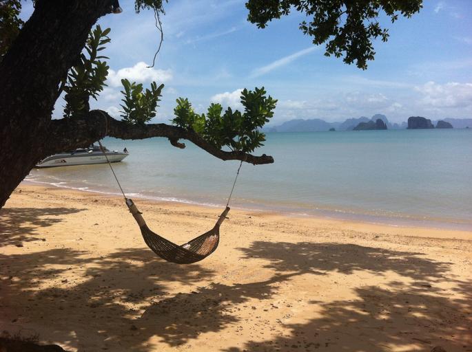 pláž so sieťou na strome