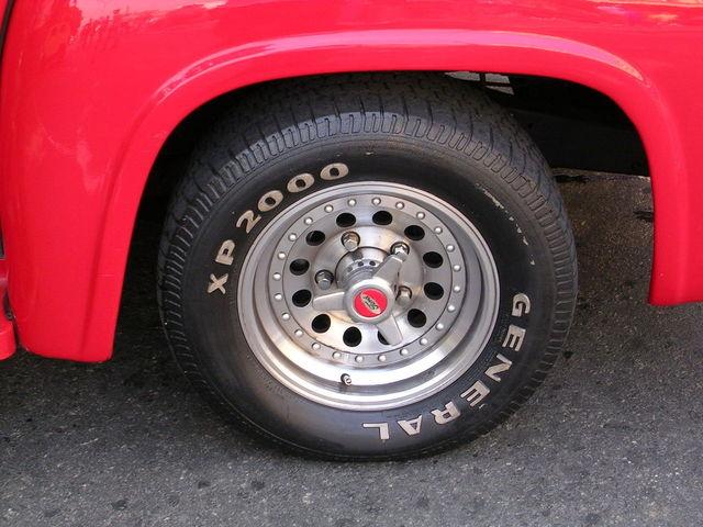 Čierna pneumatika na červenom aute